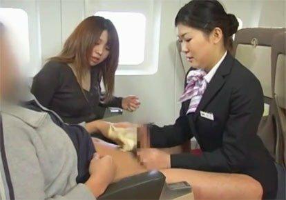 стюардесса дрочит пассажиру руками