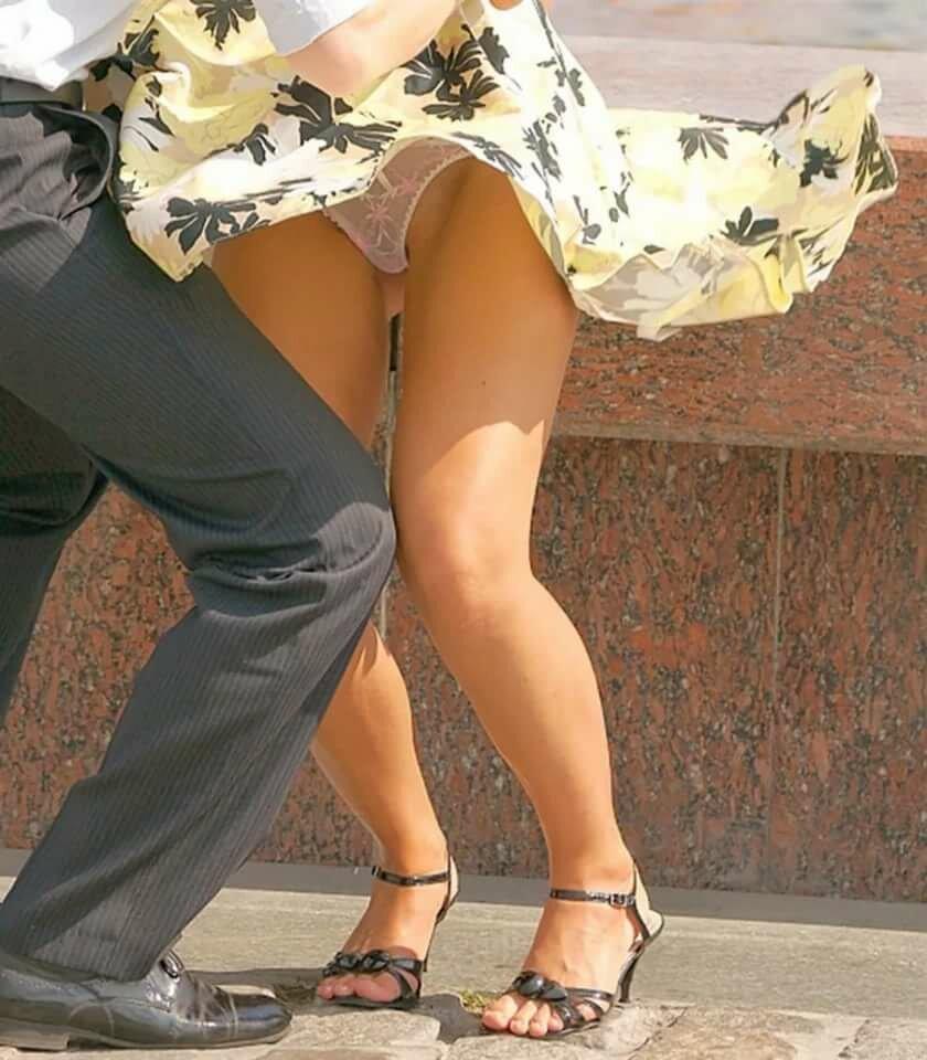 Женщине задрали юбку, ебу всех в анал