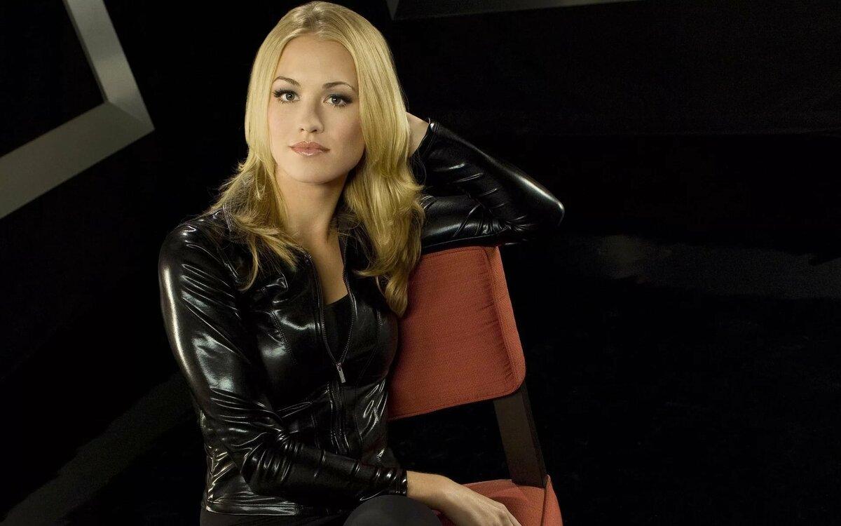 Ч б фото девушки блондинки в кожаной одежде была