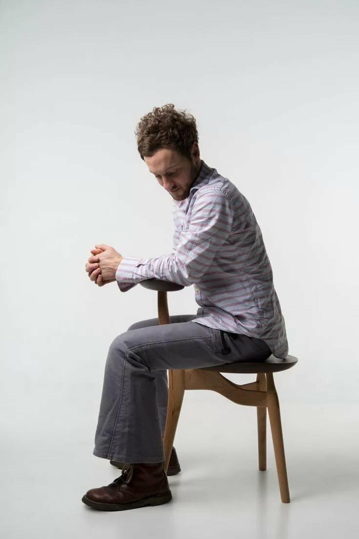 Сидит на стуле картинки