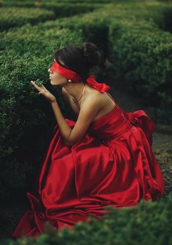 Картинки анимация девушка в красном