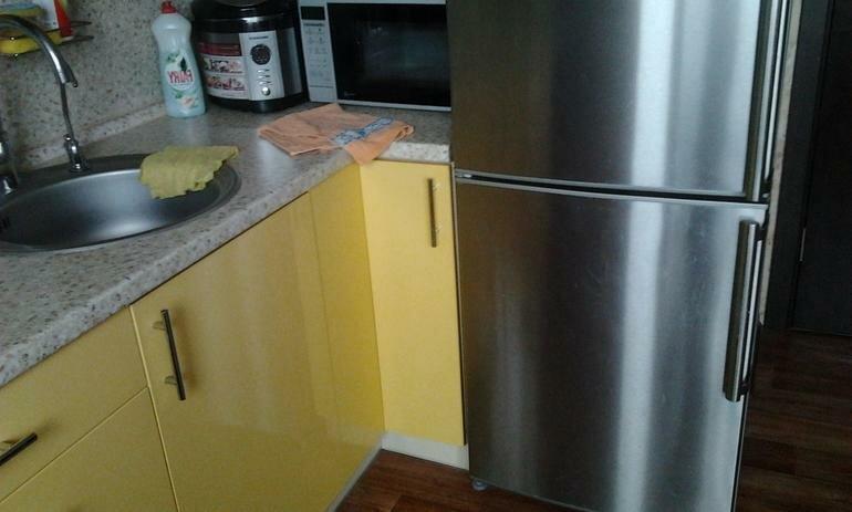 как лучше установить холодильник на кухне фото если
