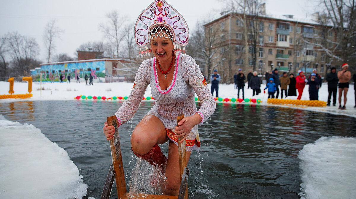 Голая в зимнем пруду