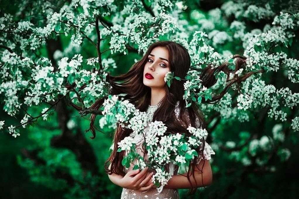 фото шатенок в цветущих яблонях сильнее доверие