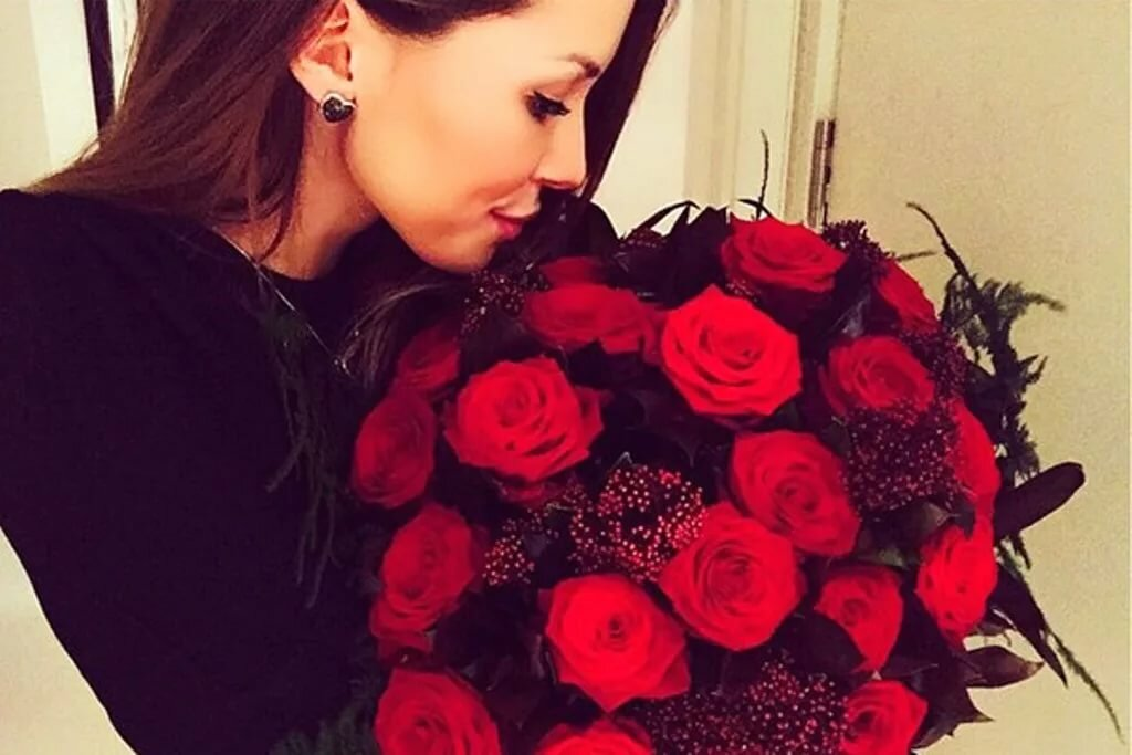 Нежное, девушка с красивыми букетом роз фото