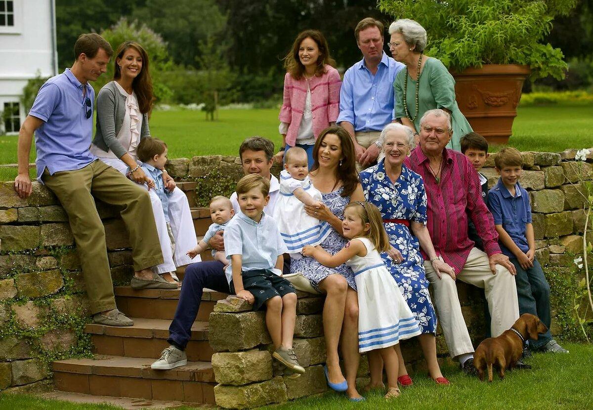 Картинка большой семьи из нескольких поколений родственников
