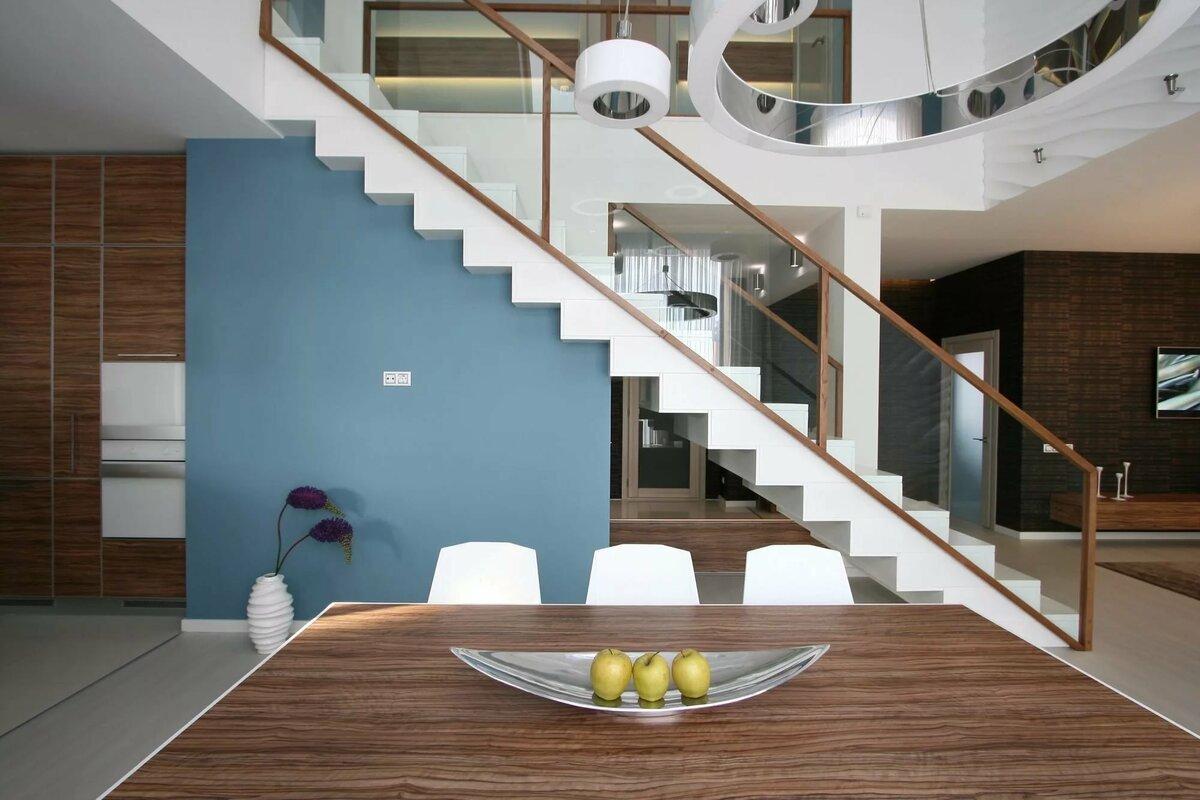 фото странице фото двухэтажных домов внутри лестница по середине сфинкс местом