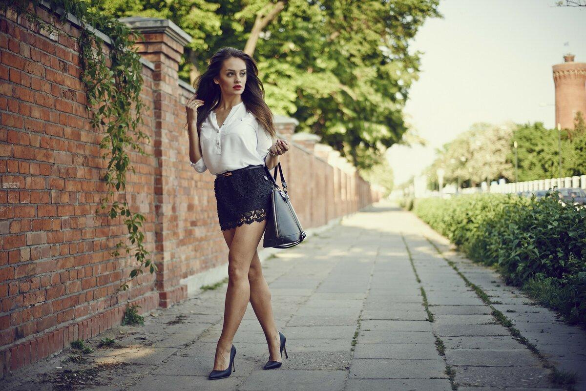 Красивые девушки в юбках и платьях 14