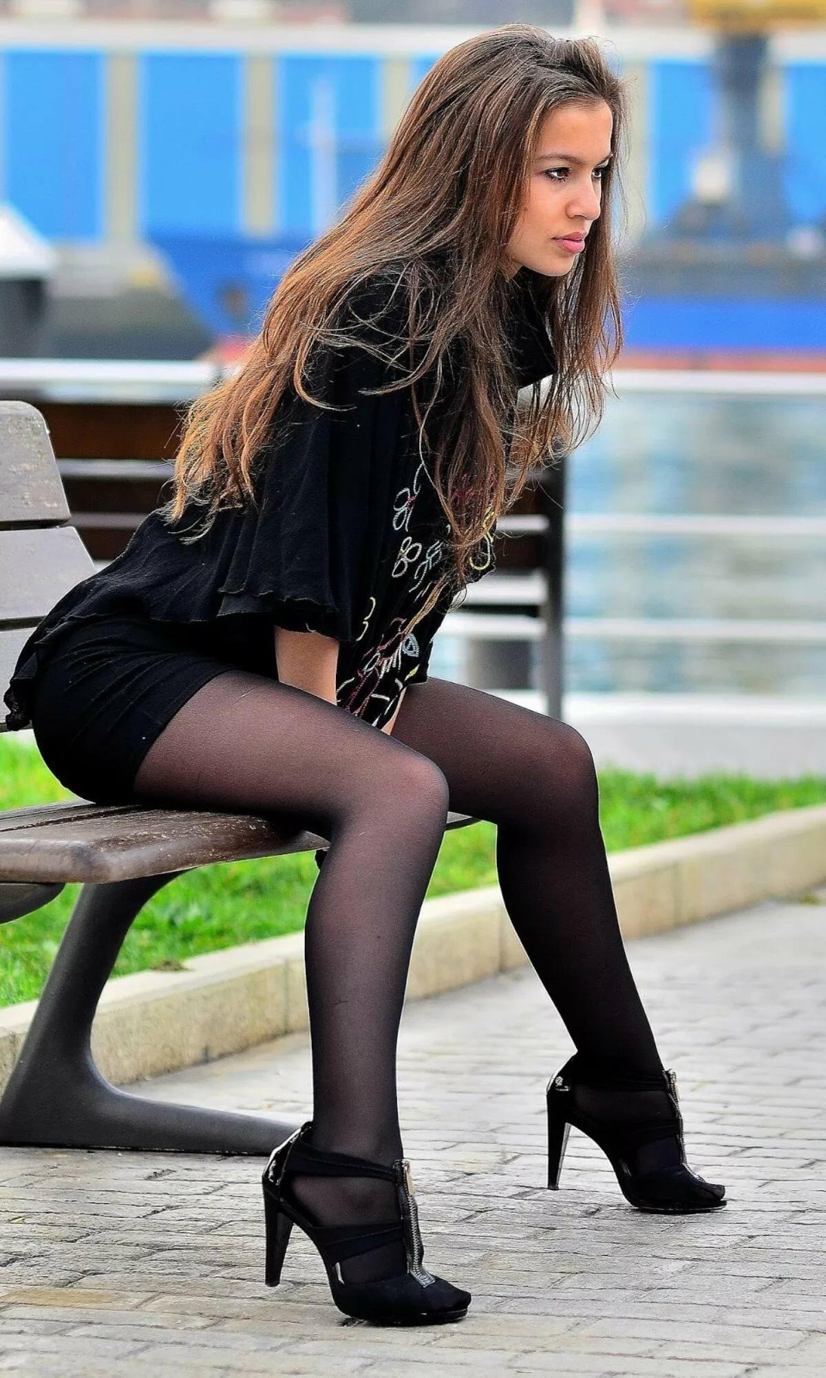 смотреть красивая девушка в юбке и колготках курит там будет проще