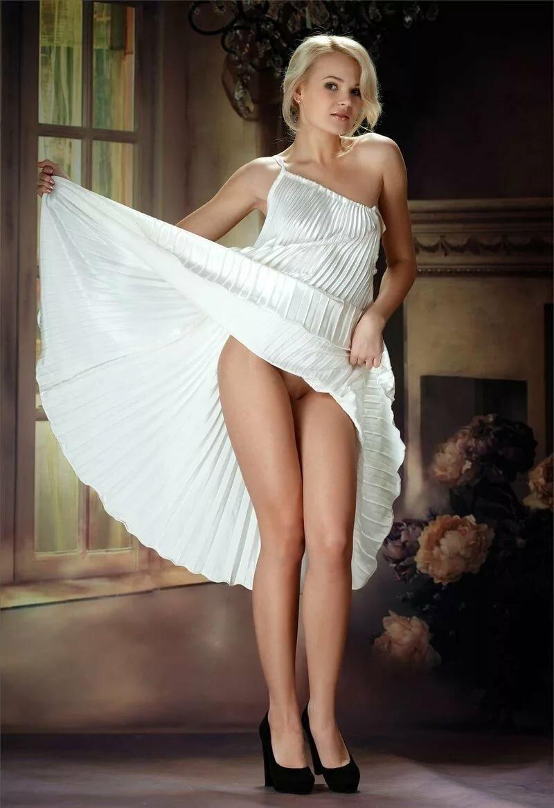 Красивые эротические фото женщин с задранным платьем 8