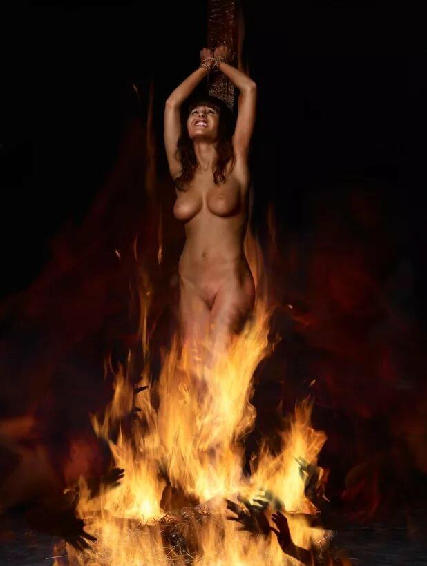 Трахнула молодую голые колдуньи и ведьмы фото видео задницы зрелые фото