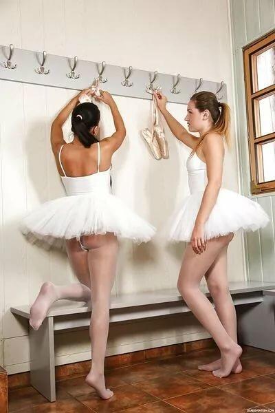балерины в трусах девушка сделала
