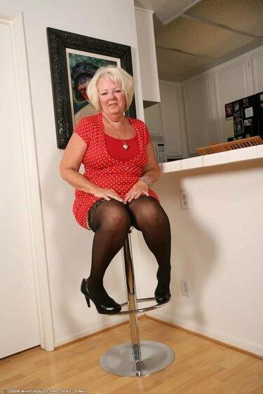 Пожилая голая женщина, самые дешевые шлюхи для студентов в липецке