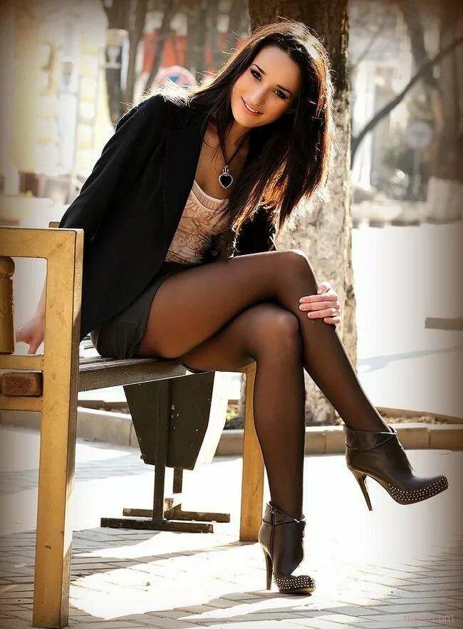guy-handjob-womens-crossed-legs-in-pantyhose-good