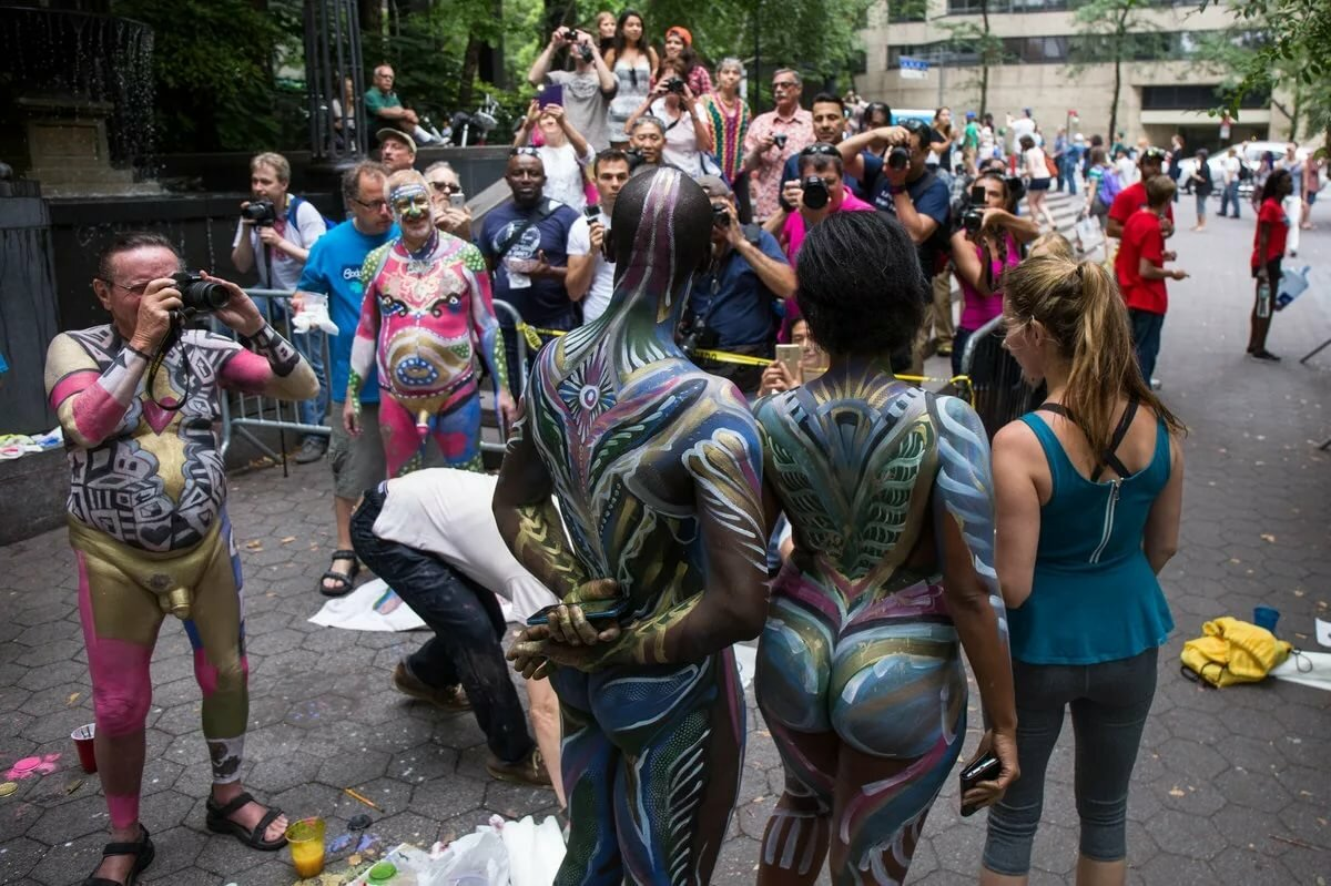 nude-body-painting-public