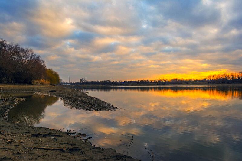 Закат в феврале на реке Кубань