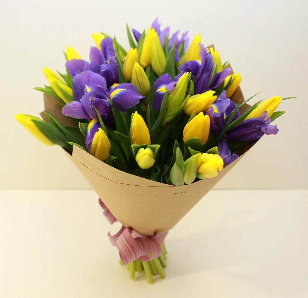 Открытка с днем рождения с ирисами и тюльпанами