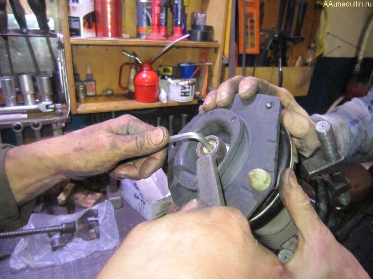 В шток амортизатора вставляется шестигранник и накидным ключом затягивается гайка
