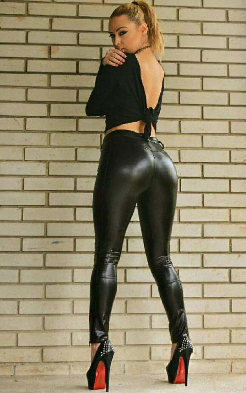 Фото в блестящих черных лосинах — img 1