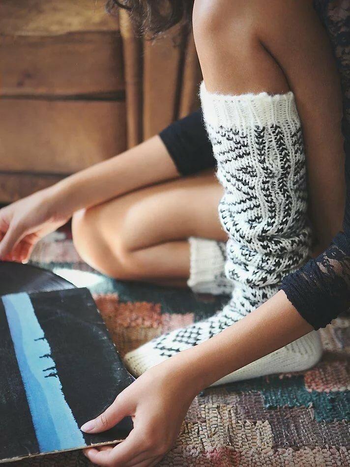 Картинки девушек в шерстяных носках и в свитере, в эротическом белье с большой грудью фото