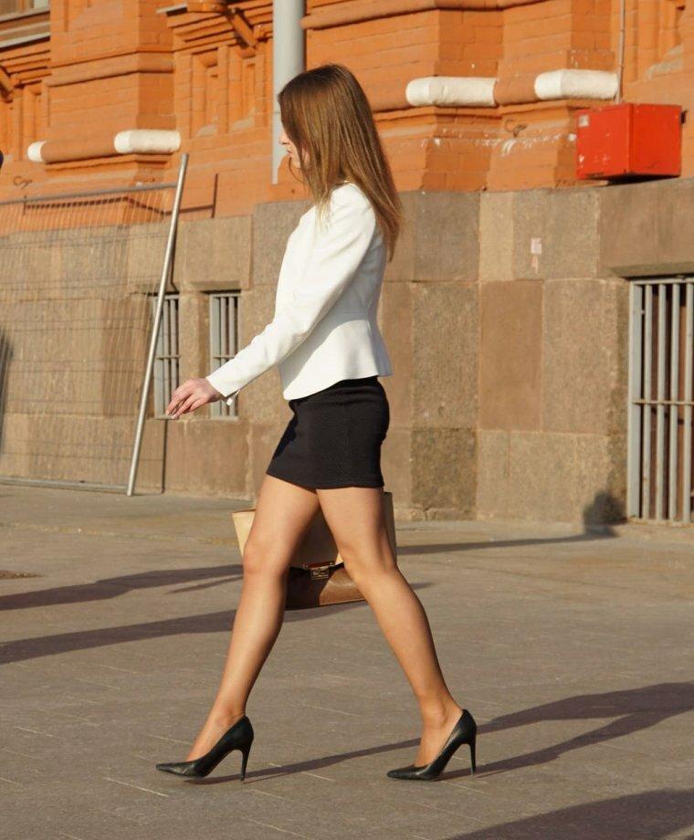 в мини юбке на улице