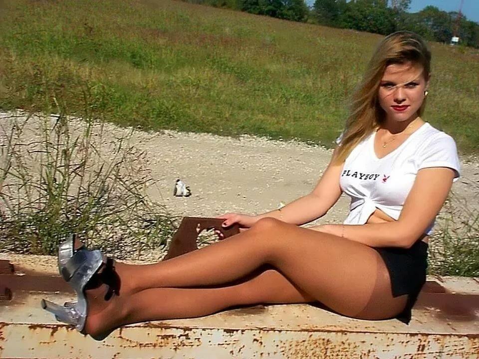 Девушки на природе в коротких юбках отдыхают фото
