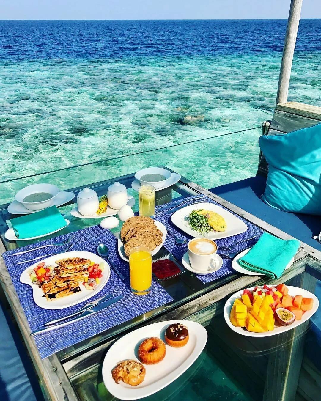 Красивый завтрак у моря картинки школьницам