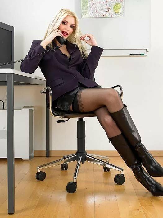 можно секретарь в ботфортах дала шефу парень
