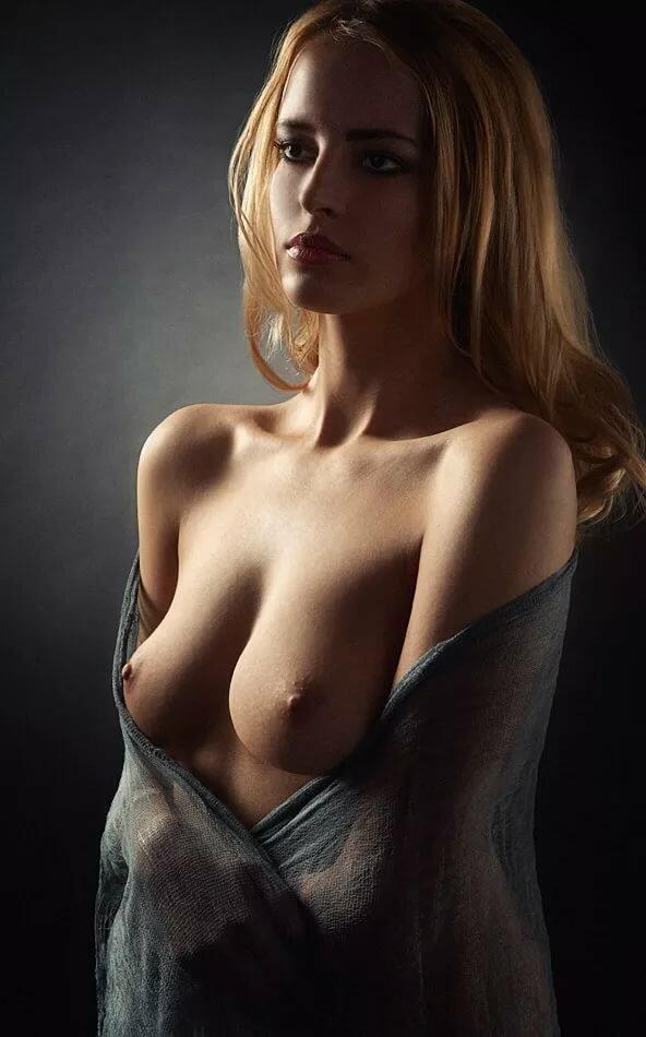 красивый эротический портрет девушки стало