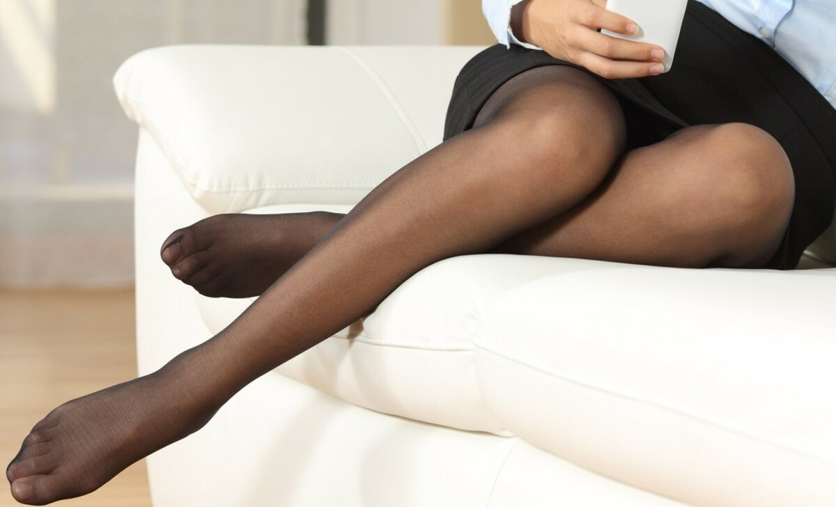 Женские стопы в чулках и колготках фото