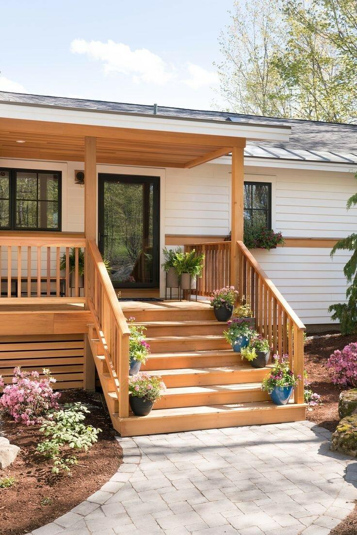 красивое крыльцо в частном деревянном доме