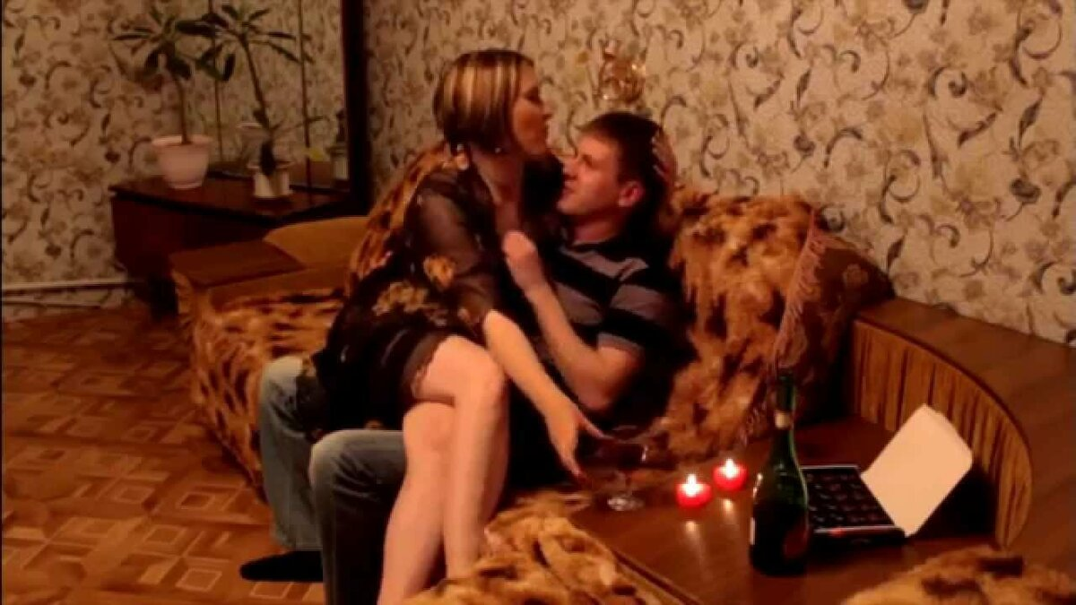 yutub-video-muzh-vernulsya-s-komandirovke-a-supruga-s-drugim-krasivaya-zhenshina-konchaet-v-poze-naezdnitsi-porno-video