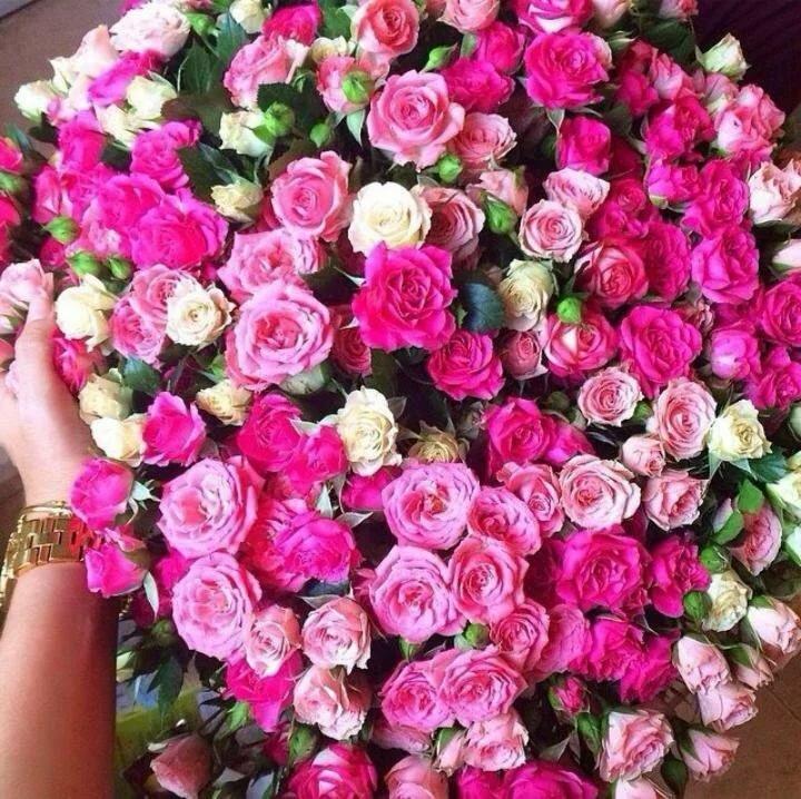 Дорогой букет цветов в руках фото