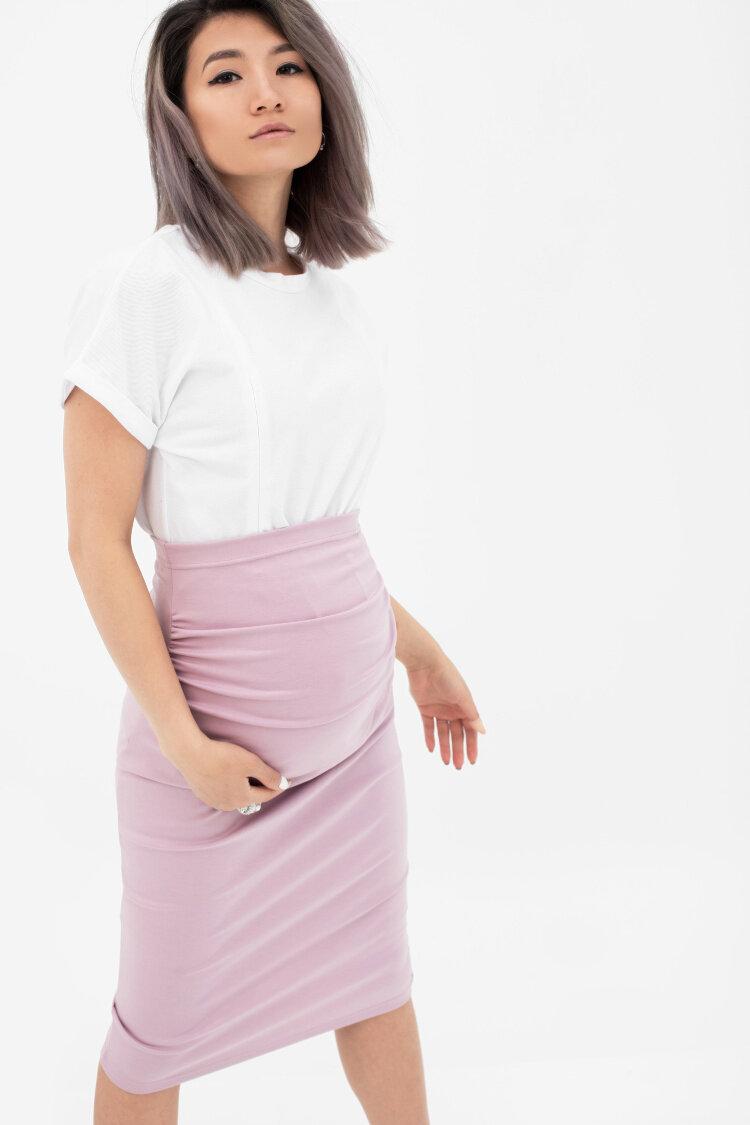 Зрелая а розовой юбке