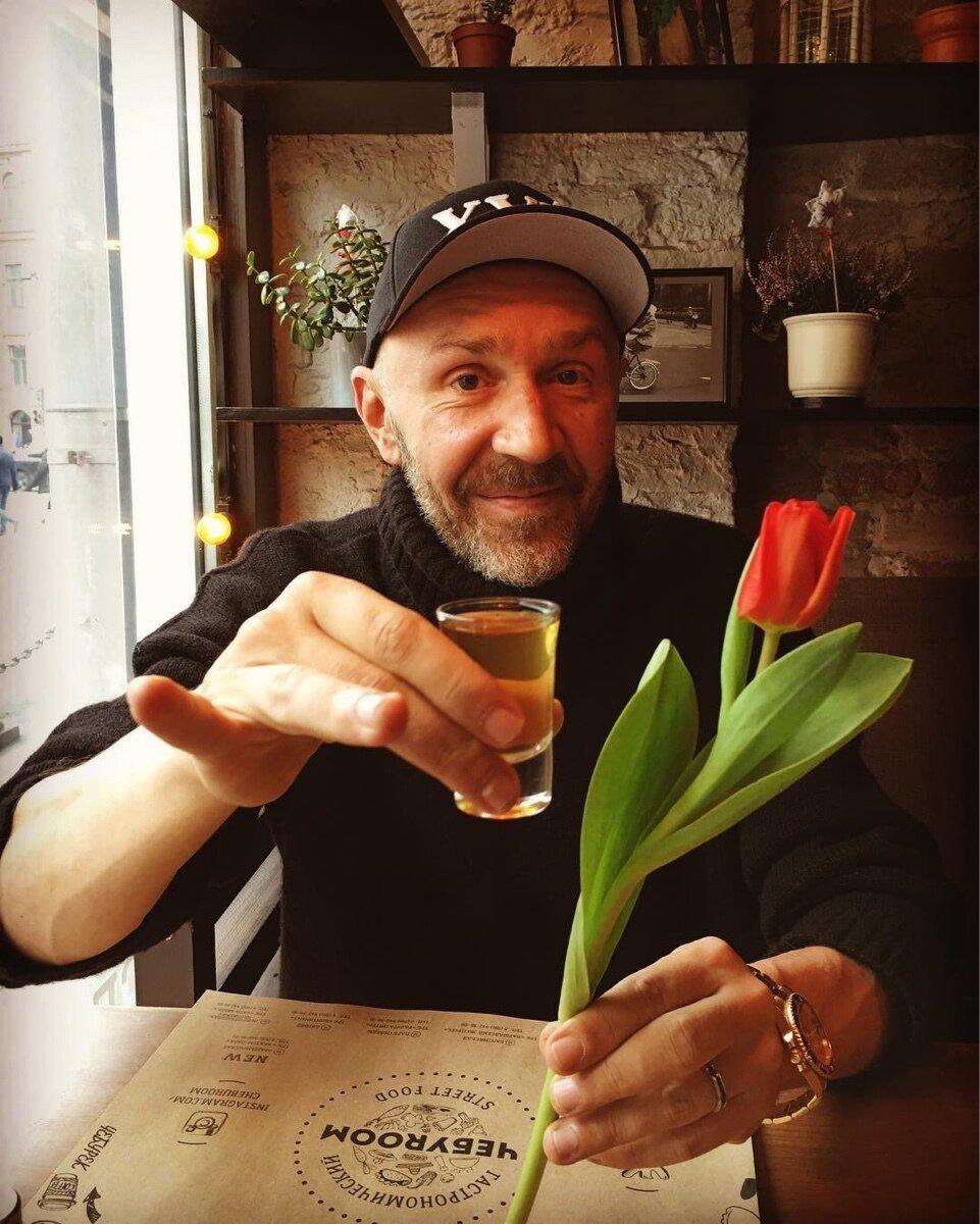 Сергей шнуров поздравление с 8 марта