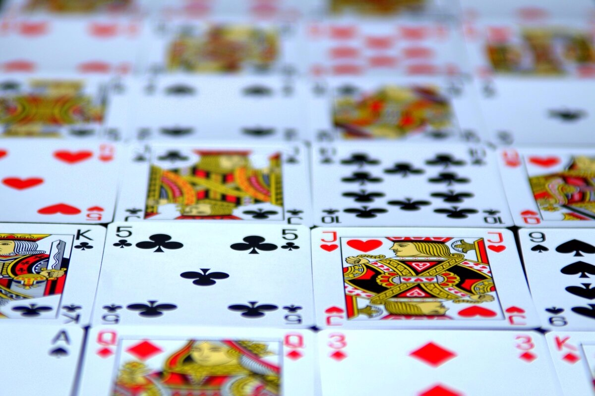 что-то картинки на тему карточных игр делать, если волнистого
