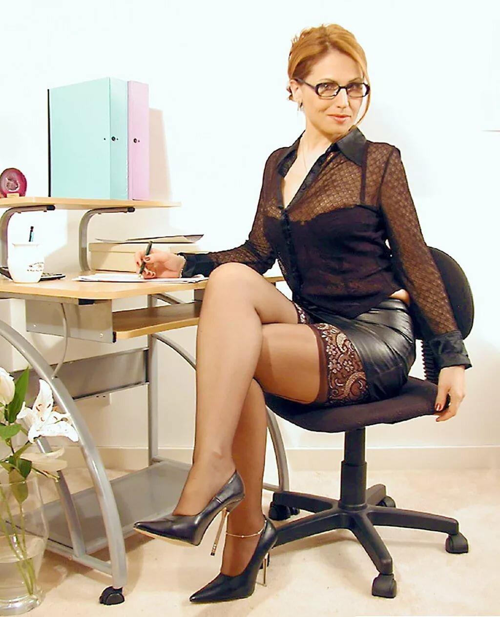 Офисные леди в чулках