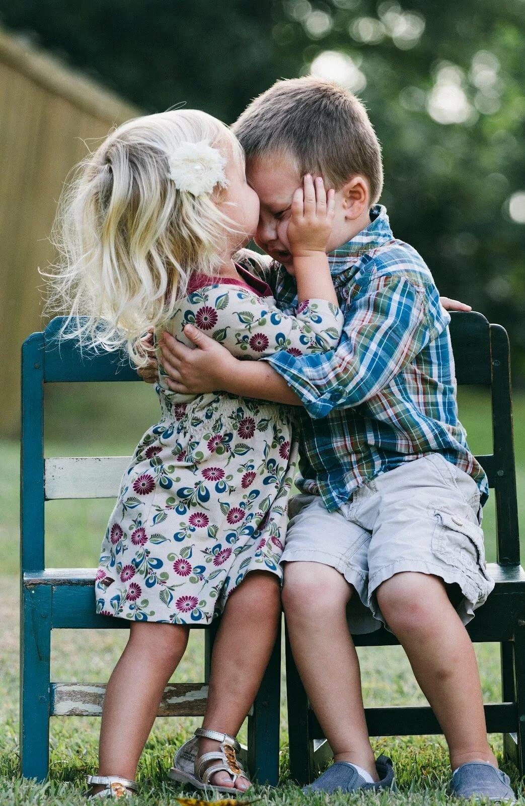 Мальчик обнимает девочку картинка