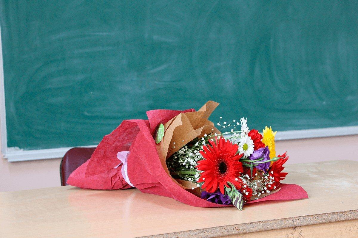 очевидное открытки с букетами на день учителя очаровательные цветы