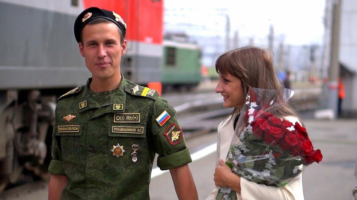 Фото девушка приехала к парню в армию порно кустиках