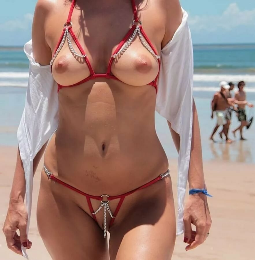 zhenshini-topless-v-mikro-bikini-po-naberezhnoy-filmi-uchastiem