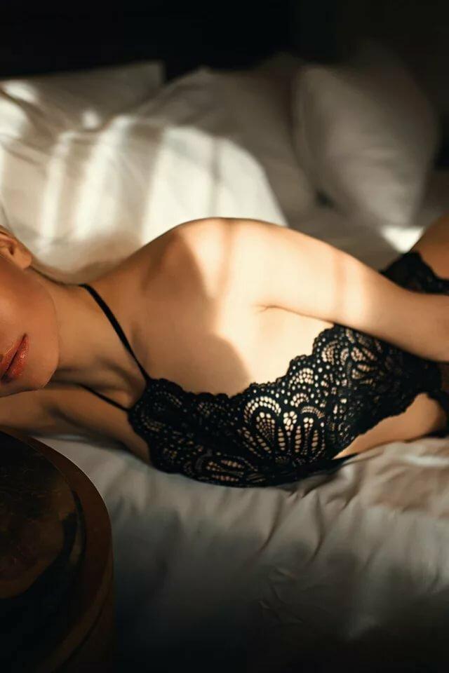 Скачать обои взгляд, девушка, свет, отражение, постель, тени, Юлия, Kᴬᴬᴺ ᗩ ᴸᵀᴵᴺᴰᴬᴸ, Kaan Altindal, раздел девушки в разрешении 6