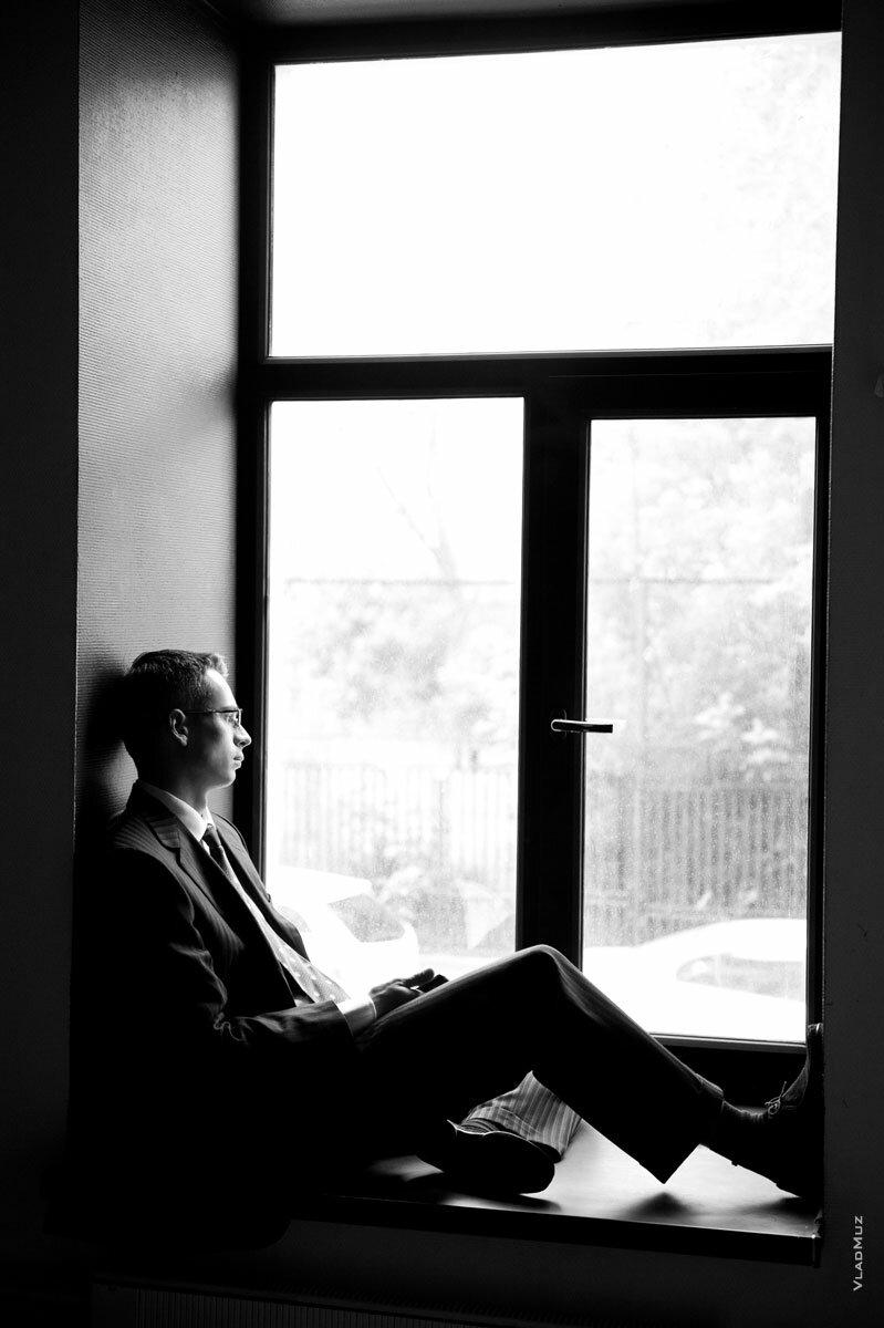картинка сидящий мужчина у окна вами обзор