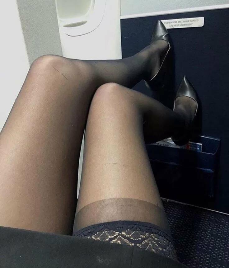 женские ножки в колготках под столом фото сучка сдвумя