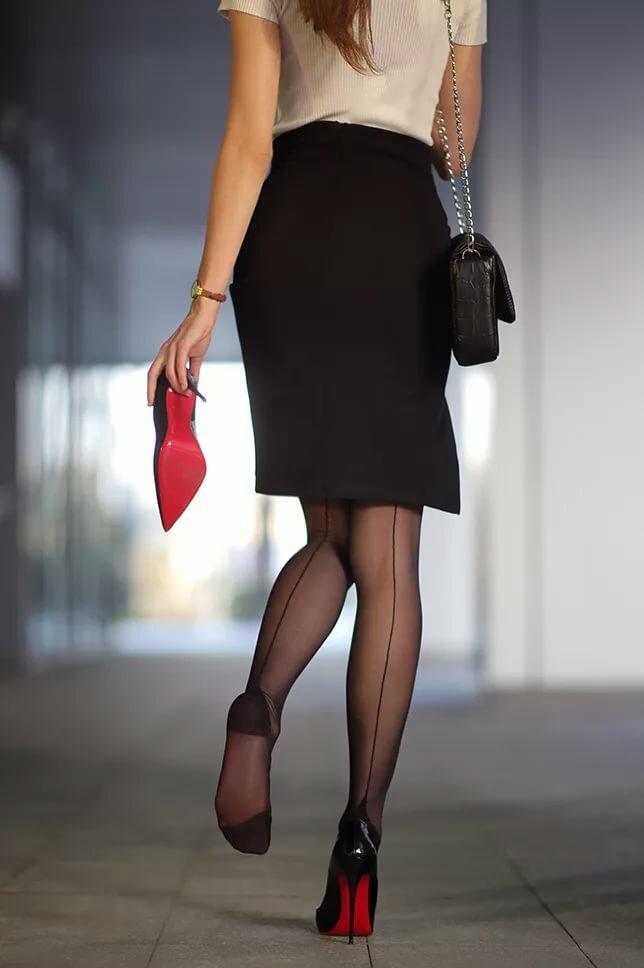 девушка в офисе в разрезе юбки видны чулки фото - 12