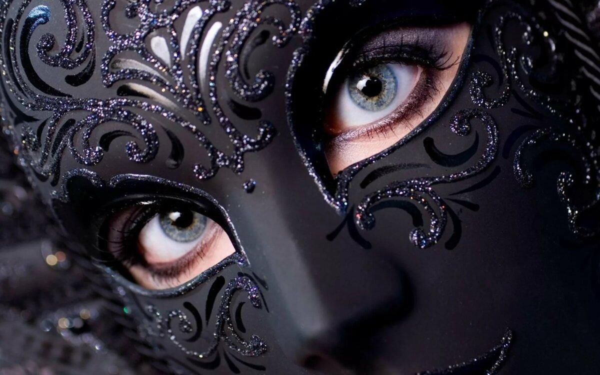 Шикарная черная маска, девушки блондинка и брюнетка любят групповуху