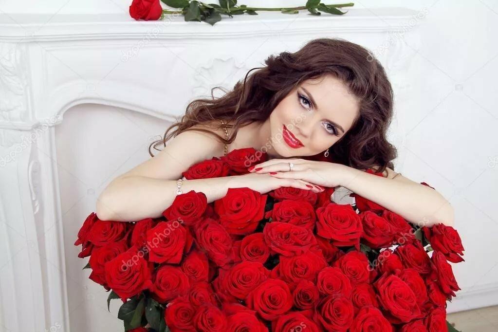 Девушка с красивыми букетом роз фото