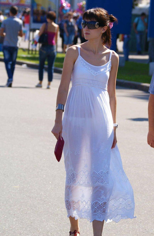 Прозрачная одежда на жене на улице портале