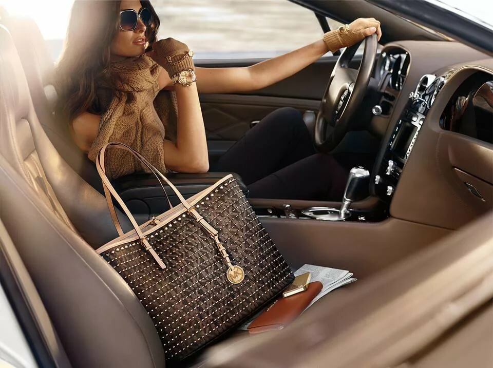 Картинки девушка с сумкой выходит из машины