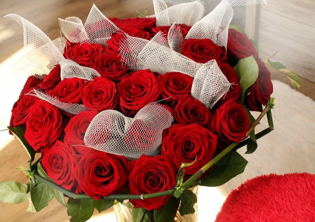 Красивый букетик цветов для любимой, шляпной
